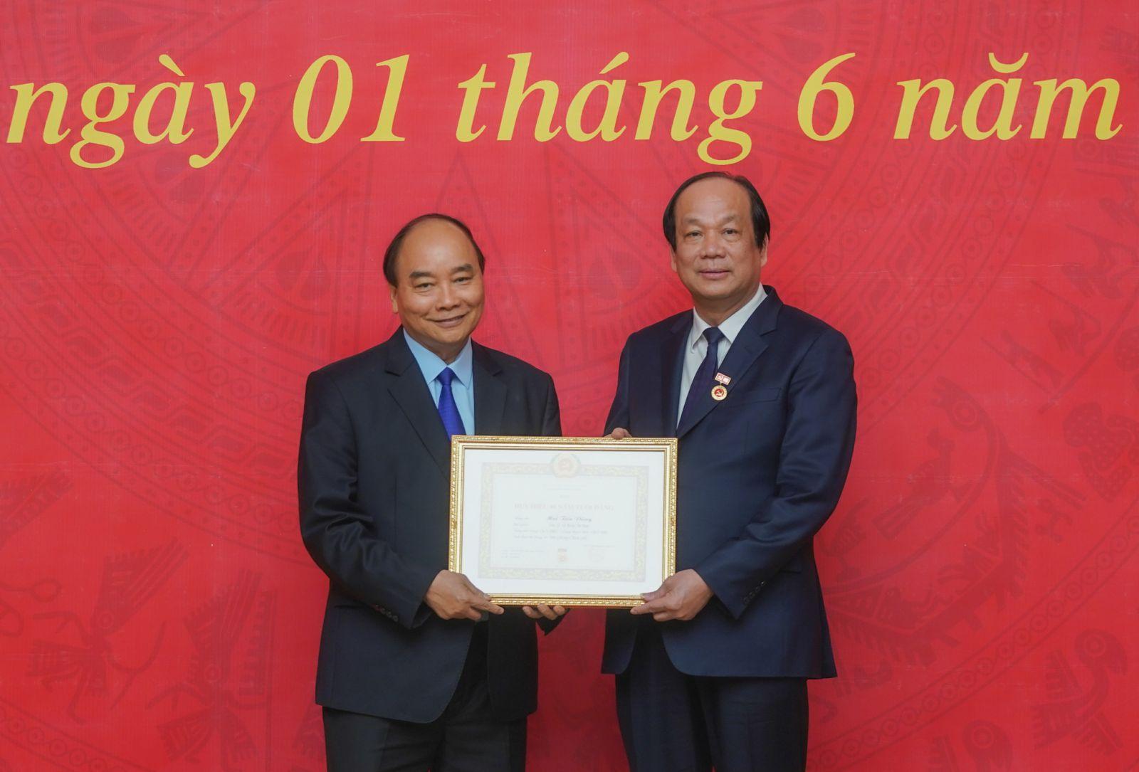 Thủ tướng Nguyễn Xuân Phúc trao Huy hiệu 40 năm tuổi Đảng cho đồng chí Mai Tiến Dũng, Bí thư Đảng ủy, Bộ trưởng, Chủ nhiệm VPCP - Ảnh: VGP/Quang Hiếu