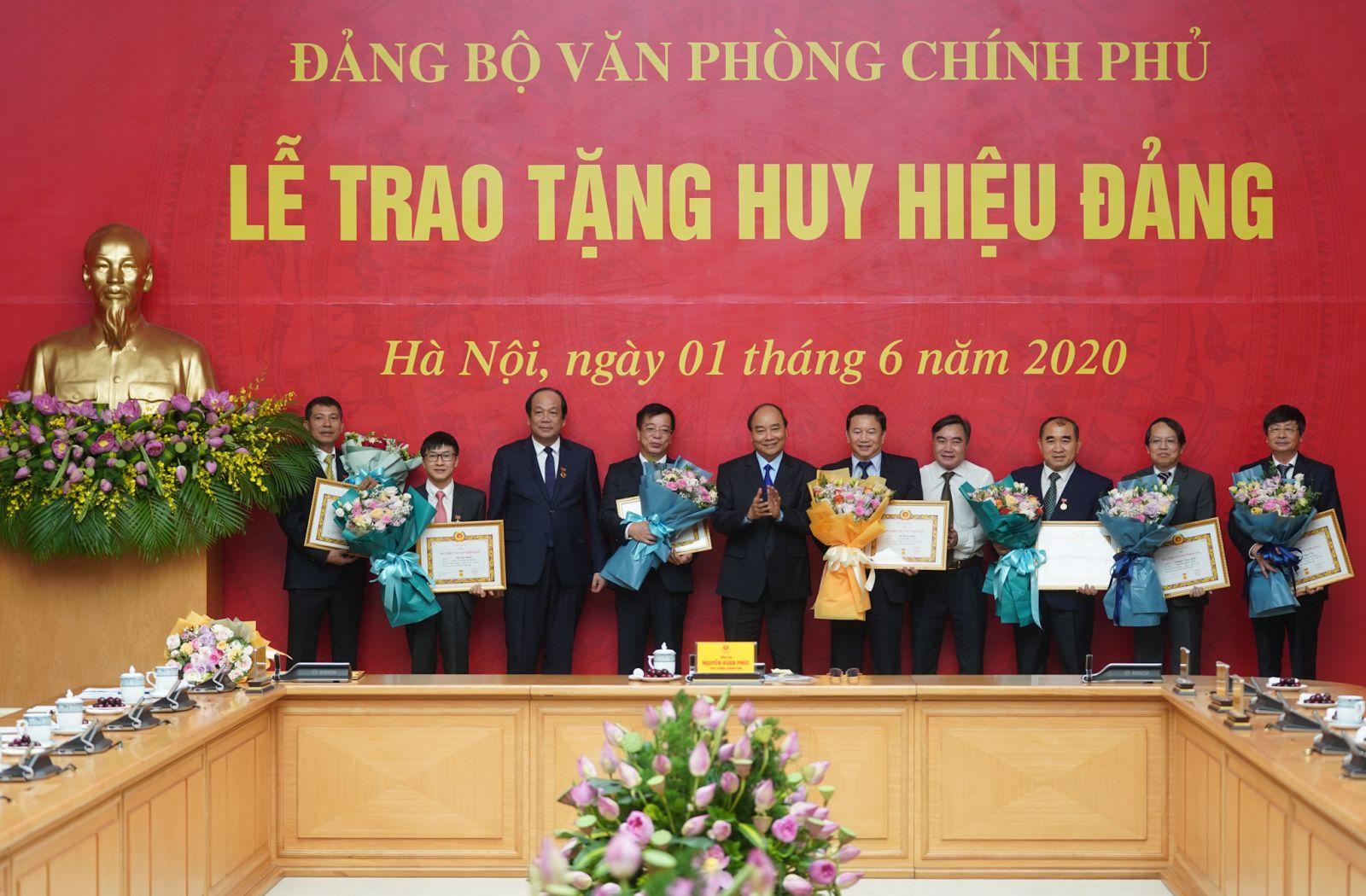 Bảy đồng chí thuộc các Vụ, Cục của VPCP được trao tặng Huy hiệu 30 năm tuổi Đảng - Ảnh: VGP/Quang Hiếu