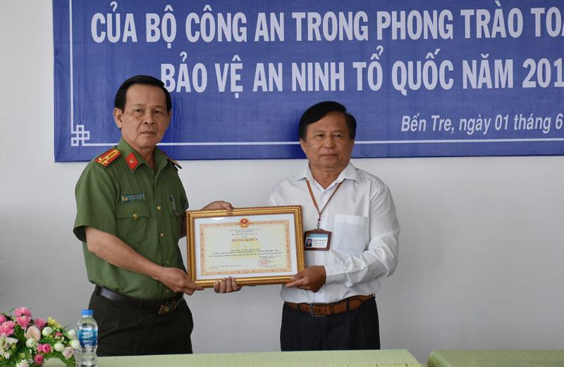 Đại diện Sở Lao động - Thương binh và Xã hội nhận bằng khen.
