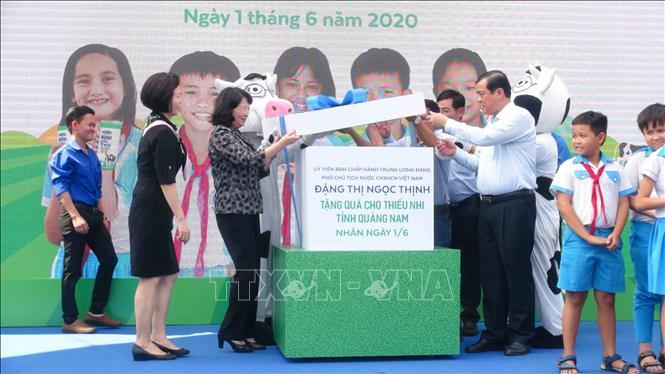 Phó Chủ tịch nước Đặng Thị Ngọc Thịnh trao quà Tết thiếu nhi cho trẻ em Quảng Nam. Ảnh: Đoàn Hữu Trung/TXVN