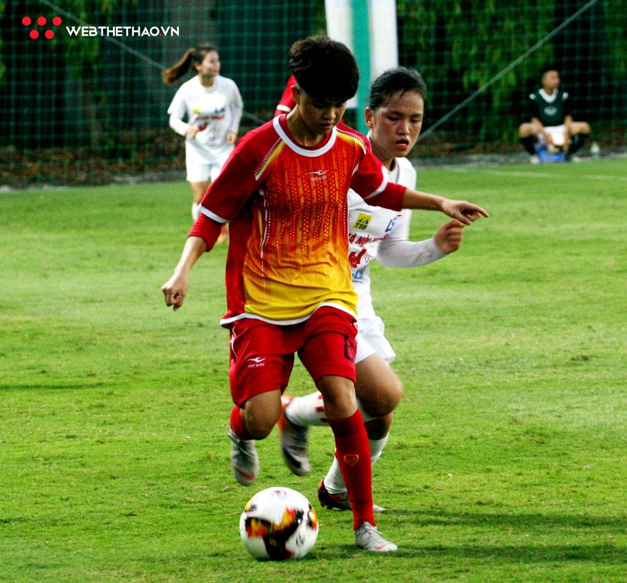 U19 nữ Sơn La (đỏ) đã gây chút bất ngờ cho U19 nữ Hà Nội với lối chơi đầy quyết tâm