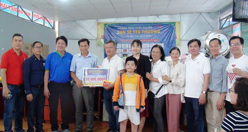 Đoàn thiện nguyện trao tiền cho quán cơm Nhân Thiện 2000. Ảnh: Huỳnh Hoa