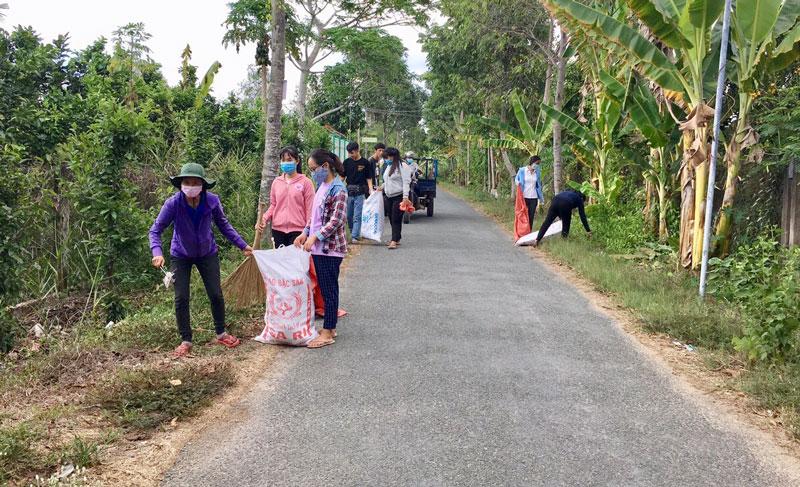 Đoàn viên huyện Châu Thành ra quân dọn dẹp cảnh quan môi trường. Ảnh: Ngọc Thoại