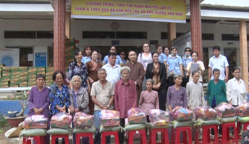 Người dân nhận quà từ nhà tài trợ. Ảnh: Nguyễn Hiệp