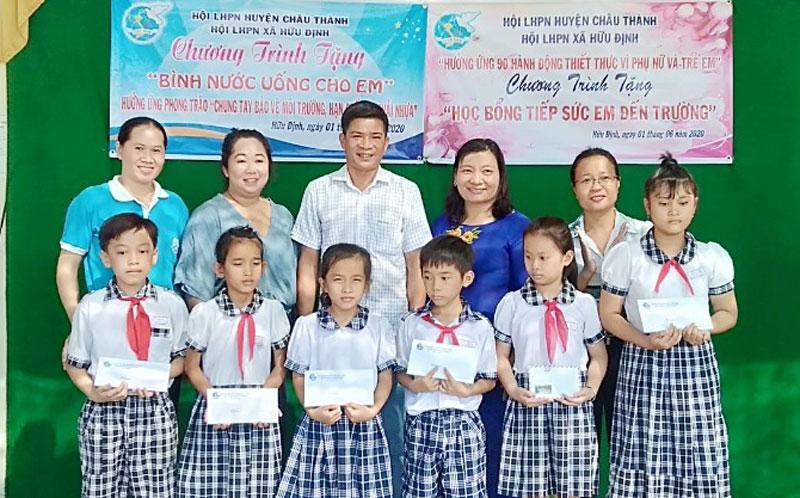 Các em học sinh được nhận học bổng và bình đựng nước uống sử dụng nhiều lần. Ảnh: Hiền Nguyễn