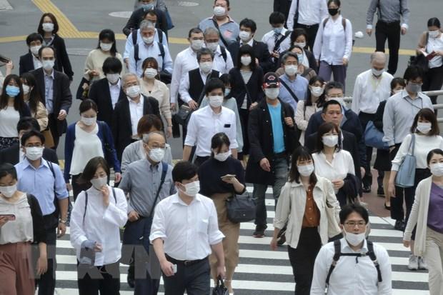 Người dân đeo khẩu trang phòng dịch COVID-19 khi di chuyển trên phố ở Tokyo, Nhật Bản ngày 26-5-2020. (Nguồn: AFP/TTXVN)