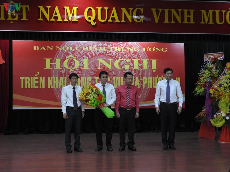 Ông Phạm Nam Tiến (người ôm hoa) được bổ nhiệm Phó Vụ trưởng Vụ Địa phương II- Ban Nội chính Trung ương.