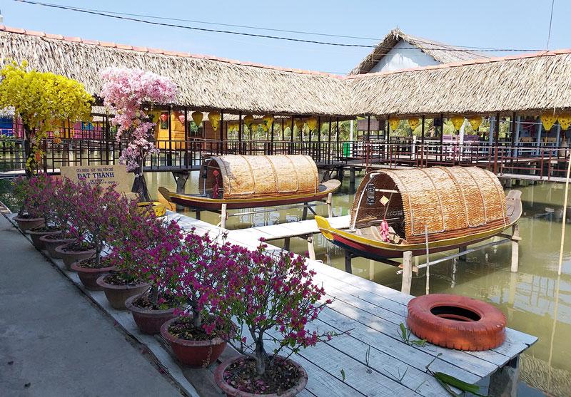 Điểm du lịch sinh thái Chín Sông, xã Bình Thạnh, huyện Thạnh Phú vừa được đầu tư hạ tầng, cảnh quan khang trang.
