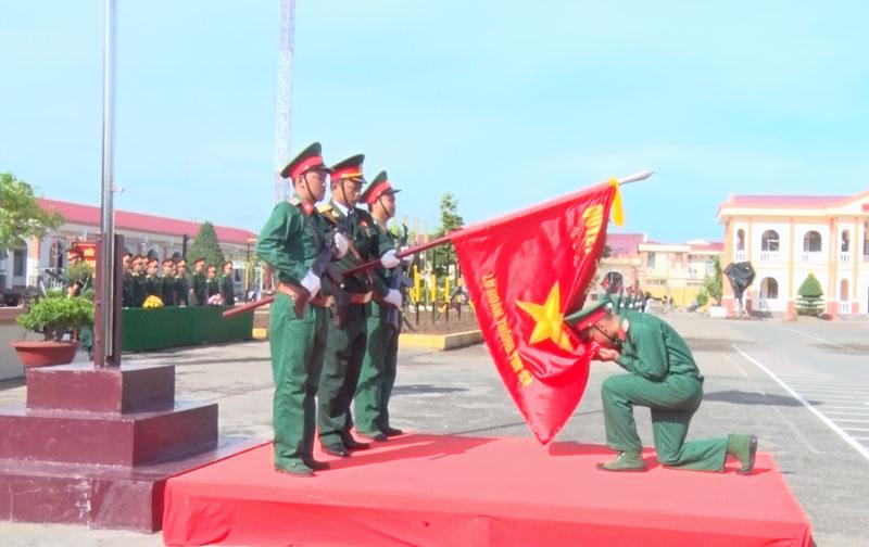 Tân binh tuyên thệ trước Quân kỳ Quyết thắng.