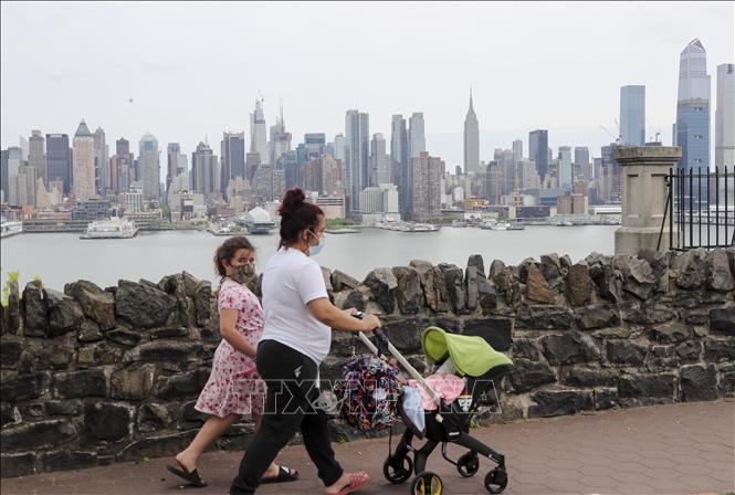 Người dân đeo khẩu trang phòng lây nhiễm COVID-19 tại New Jersey, Mỹ, ngày 18-5-2020. Ảnh: THX/TTXVN