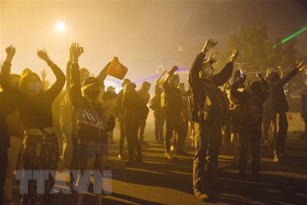 Người biểu tình tuần hành tại Minneapolis, Mỹ, bày tỏ phẫn nộ trước cái chết của người da màu George Floyd. (Ảnh: THX/TTXVN)