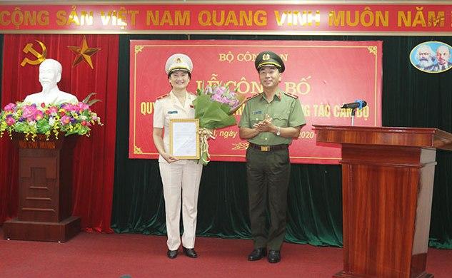 Thứ trưởng Trần Quốc Tỏ trao quyết định cho Thiếu tướng Ngô Thị Hoàng Yến