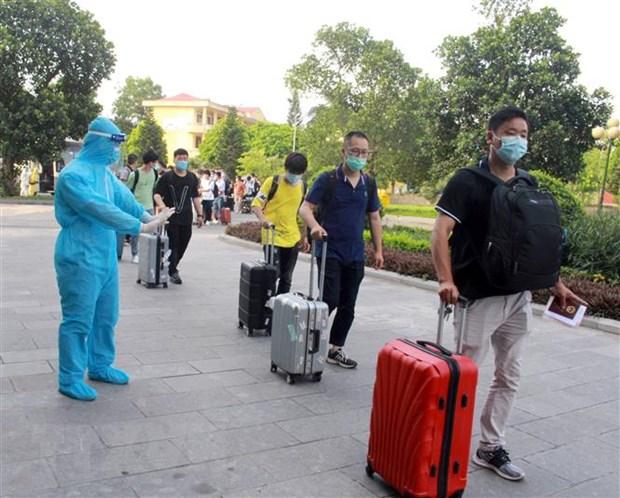 Nhân viên y tế hướng dẫn người dân tại khu cách ly. (Ảnh: Đồng Thúy/TTXVN)