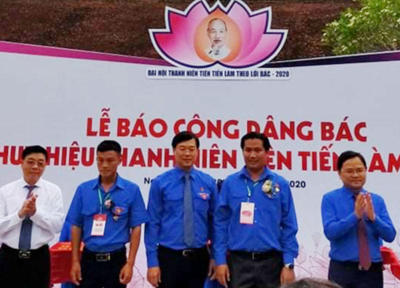 Anh Cao Minh Tuấn (thứ 2, phải sang) được tuyên dương Thanh niên tiên tiến làm theo lời Bác. Ảnh: CTV
