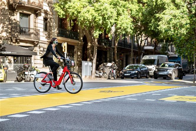 Người dân đeo khẩu trang phòng dịch COVID-19 tại Barcelona, Tây Ban Nha ngày 29-5-2020. Ảnh: THX/TTXVN