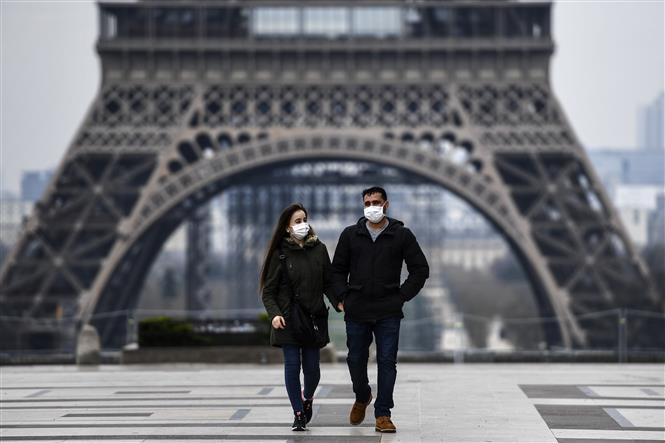 Đeo khẩu trang phòng dịch COVID-19 tại Paris, Pháp ngày 18-3-2020. Ảnh: THX/TTXVN
