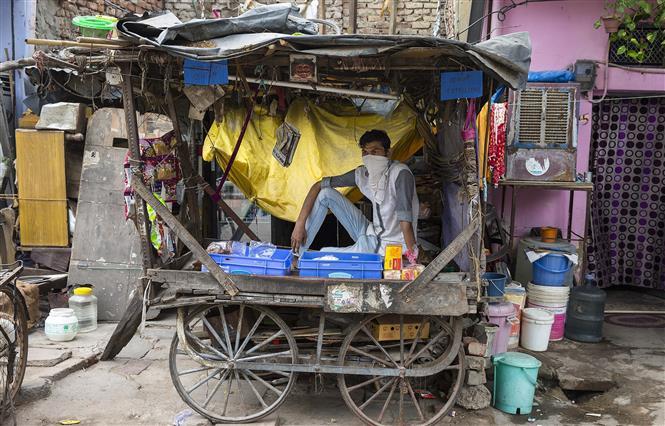 Người dân đeo khẩu trang phòng lây nhiễm COVID-19 tại New Delhi, Ấn Độ, ngày 13-5-2020. Ảnh: THX/ TTXVN