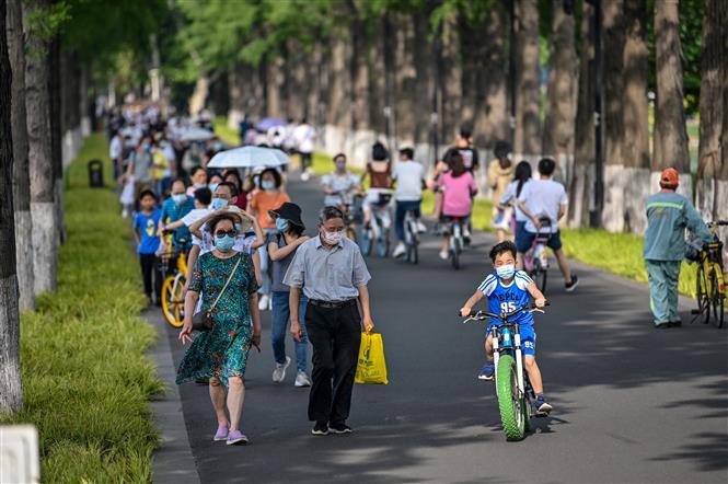 Người dân đeo khẩu trang phòng lây nhiễm COVID-19 tại Vũ Hán, tỉnh Hồ Bắc, Trung Quốc, ngày 17-5-2020. Ảnh: AFP/ TTXVN