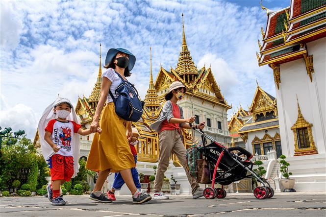 Người dân và khách du lịch thăm Hoàng cung ở thủ đô Bangkok, Thái Lan, ngày 7-6-2020. Ảnh: AFP/TTXVN
