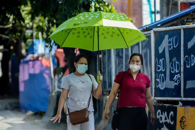 Người dân đeo khẩu trang phòng lây nhiễm COVID-19 tại Manila, Philippines, ngày 4-6-2020. Ảnh: THX/ TTXVN