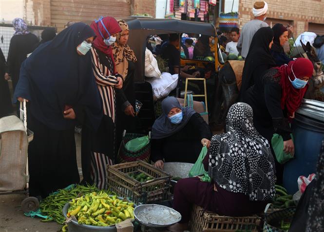 Người dân đeo khẩu trang phòng lây nhiễm COVID-19 tại một khu chợ ở Giza, Ai Câp, ngày 6-6. Ảnh: THX/TTXVN