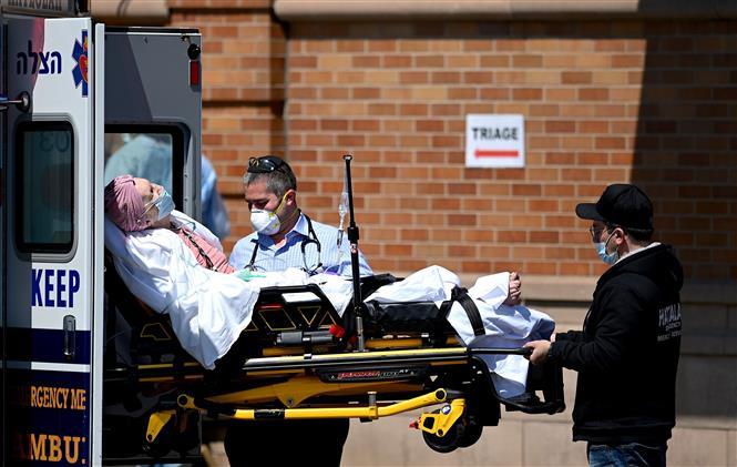 Chuyển bệnh nhân mắc COVID-19 vào một bệnh viện ở New York, Mỹ ngày 14-5-2020. Ảnh: AFP/TTXVN