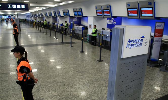 Quầy làm thủ tục của hãng hàng không Aerolineas Argentinas tại sân bay Jorge Newbery ở Buenos Aires, Argentina. Ảnh: AFP/ TTXVN