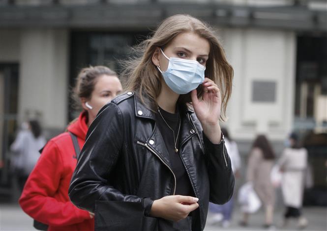 Người dân đeo khẩu trang phòng lây nhiễm COVID-19 tại Vancouver, Canada ngày 20-5-2020. Ảnh: THX/TTXVN