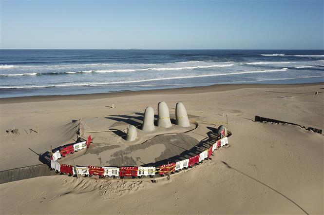 Bãi biển ở Punta del Este, Uruguay vắng bóng khách du lịch do dịch COVID-19 ngày 4-4-2020. Ảnh: AFP/TTXVN