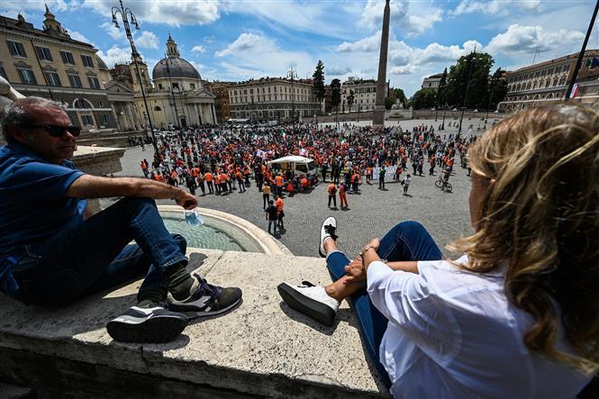 Người dân vui chơi tại quảng trường ở Rome, Italy, ngày 2-6-2020. Ảnh: AFP/TTXVN