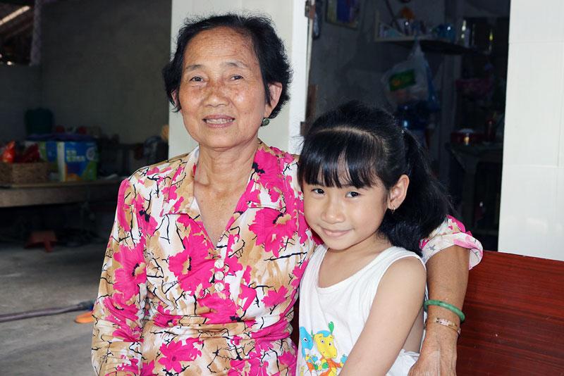 Cô Nguyễn Thị Lân và cháu gái.