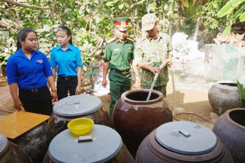 Lực lượng hỗ trợ cấp nước cho người dân trên địa bàn huyện. Ảnh: Đăng Thạch