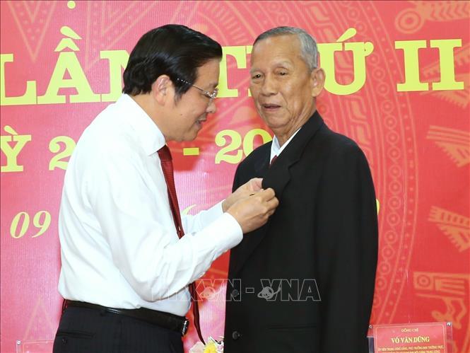 Đồng chí Phan Đình Trạc, Bí thư Trung ương Đảng, Trưởng Ban Nội chính Trung ương, trao tặng Huy hiệu 50 tuổi Đảng cho đồng chí Trương Vĩnh Trọng. Ảnh: Doãn Tấn/TTXVN