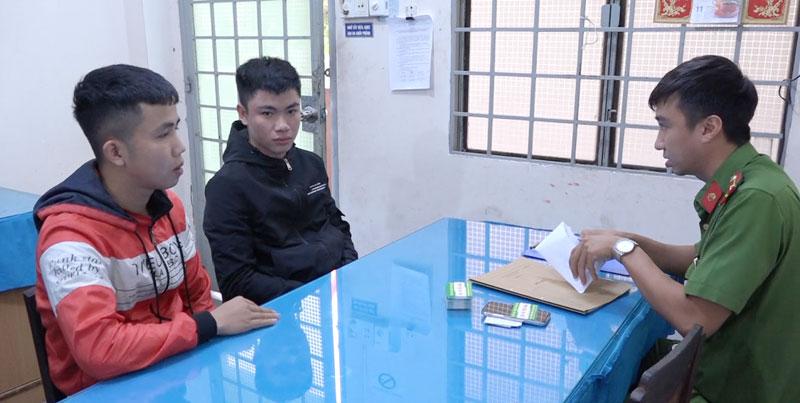 Đối tượng Đậu Bá Quyền (bên trái) và Trần Văn Hoàn Anh.