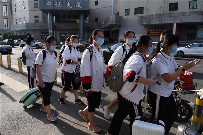 Học sinh cấp 3 sau khi tan học tại Bắc Kinh, Trung Quốc ngày 12-6-2020. Ảnh: AFP/TTXVN