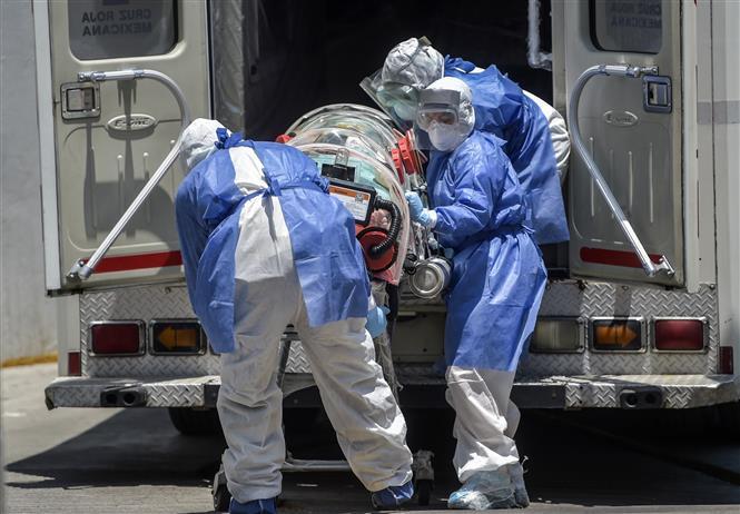 Chuyển bệnh nhân nhiễm COVID-19 tới bệnh viện ở Mexico City, Mexico, ngày 26-5-2020. Ảnh: AFP/TTXVN