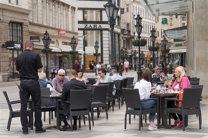 Khách hàng dùng bữa tại một nhà hàng ở Budapest, Hungary, ngày 19-5-2020. Ảnh: THX/TTXVN