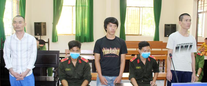Các bị cáo Khánh, Duy và Phong (từ trái qua) tại phiên tòa.