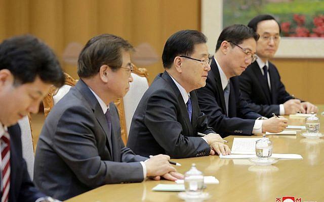 Giám đốc Văn phòng An ninh quốc gia Hàn Quốc Chung Eui-yong (giữa) trong một cuộc họp với nhà lãnh đại Triều Tien Kim Jong-un ở Bình Nhưỡng ngày 5-5-2018. Ảnh: KCNA/AP