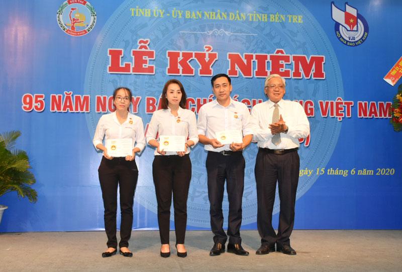 Chủ tịch Hội Nhà báo Trần Cao Tư đã tặng kỷ niệm chương vì sự nghiệp báo chí CMVN cho các hội viên. Ảnh: C.Trúc.