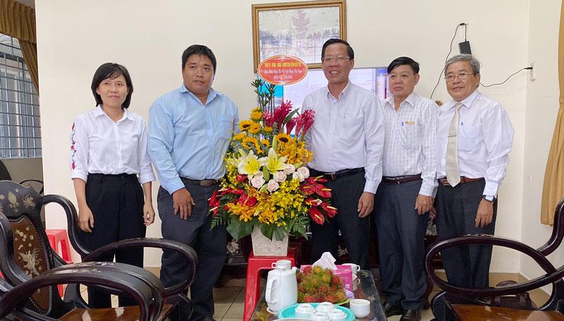 Bí thư Tỉnh ủy thăm, chúc mừng Cơ quan thường trú Thông tấn xã Việt Nam. Ảnh: Trung Trí.