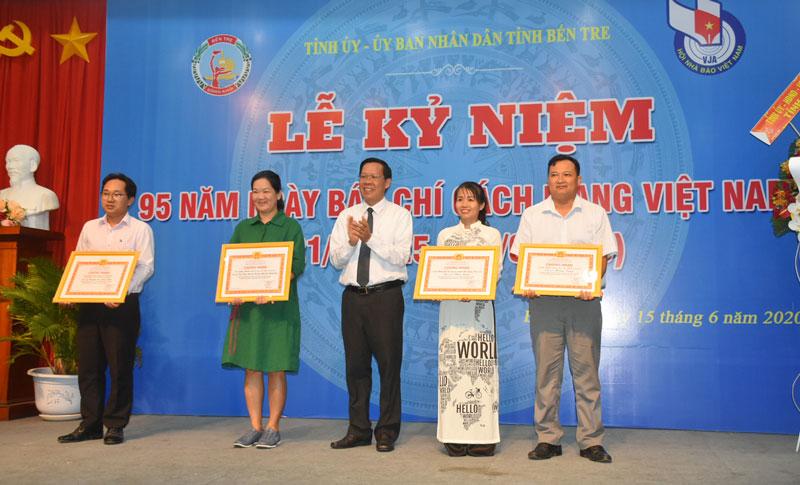 Bí thư Tỉnh ủy tặng bằng khen cho các tác giả đạt giải nhất giải báo chí về Đồng Khởi khởi nghiệp và Phát triển doanh nghiệp tỉnh Bến Tre. Ảnh: C.Trúc.