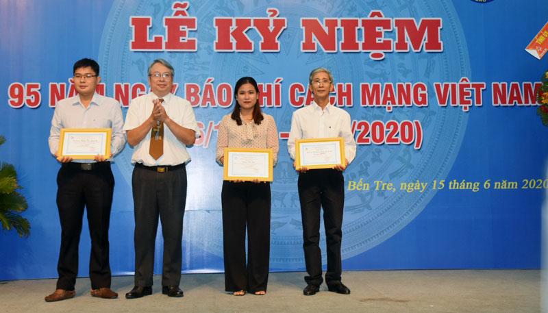 Trưởng Ban Tuyên giáo Tỉnh ủy Cao Văn Dũng trao giải Báo Xuân 2020 cho các tác giả đoạt giải. Ảnh: Cẩm Trúc