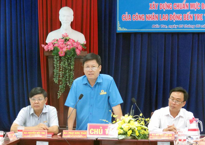 Chủ tịch Liên đoàn Lao động tỉnh Phan Song Toàn phát biểu kết luận buổi tọa đàm. Ảnh: T. Quốc