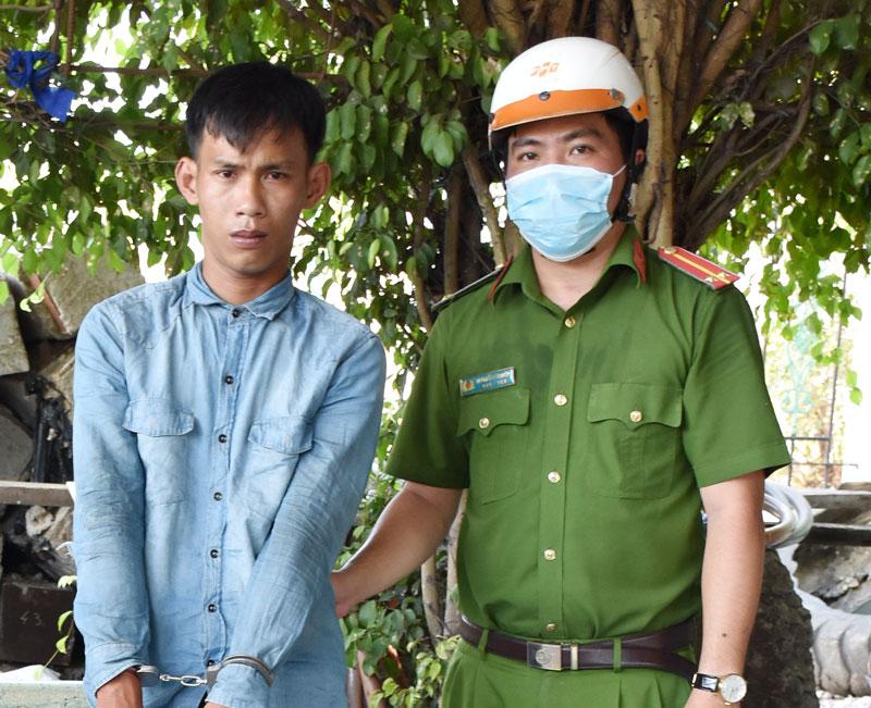 Công an bắt đối tượng cướp giật tài sản Đoàn Thanh Tín. Ảnh: Quang Duy