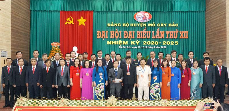 Ban Chấp hành Đảng bộ huyện Mỏ Cày Bắc nhiệm kỳ 2020-2025 ra mắt trước Đại hội.