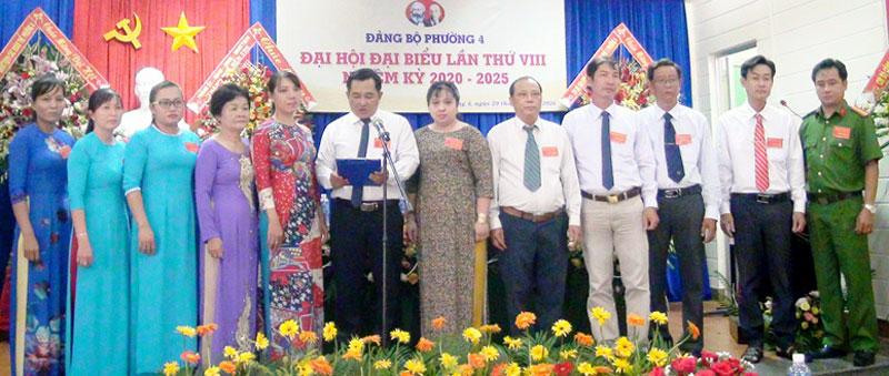 Ban Chấp hành Đảng bộ Phường 4, TP. Bến Tre nhiệm kỳ 2020 - 2025 ra mắt đại hội. Ảnh: Huỳnh Hoa