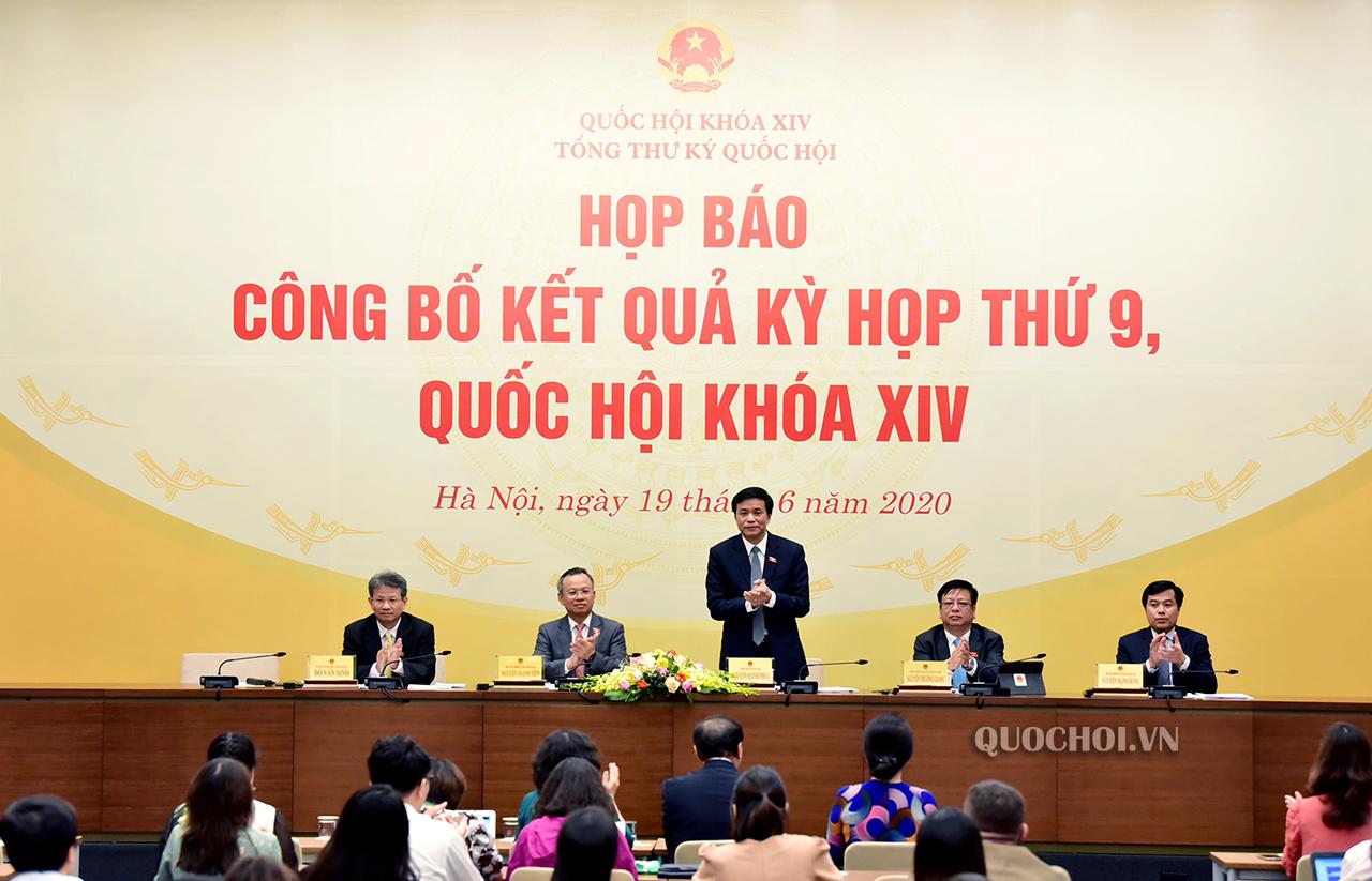 Tổng Thư ký Quốc hội, Chủ nhiệm Văn phòng Quốc hội Nguyễn Hạnh Phúc trao đổi tại họp báo