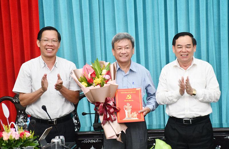 Bí thư Tỉnh ủy Phan Văn Mãi, Phó bí thư Thường trực Tỉnh ủy Trần Ngọc Tam trao quyết định và hoa cho đồng chí Hải.