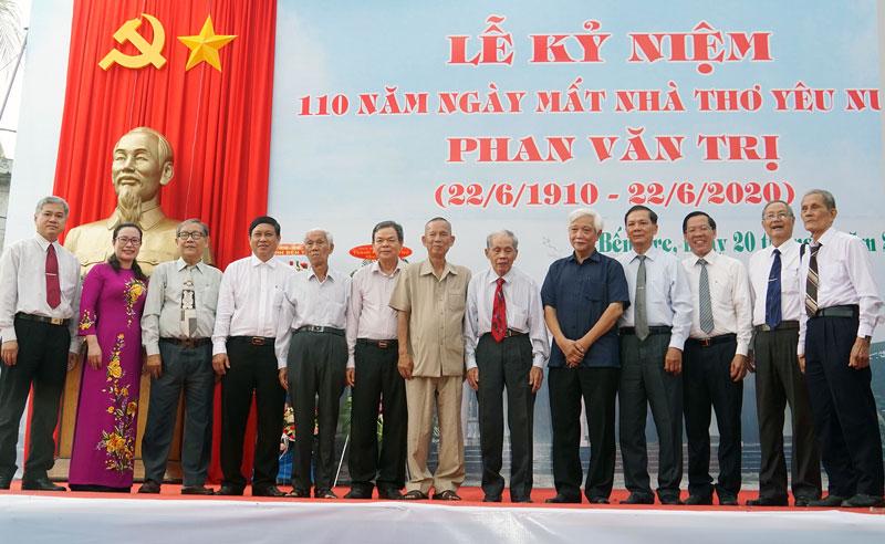 Đại biểu lãnh đạo chụp ảnh lưu niệm tại buổi lễ.